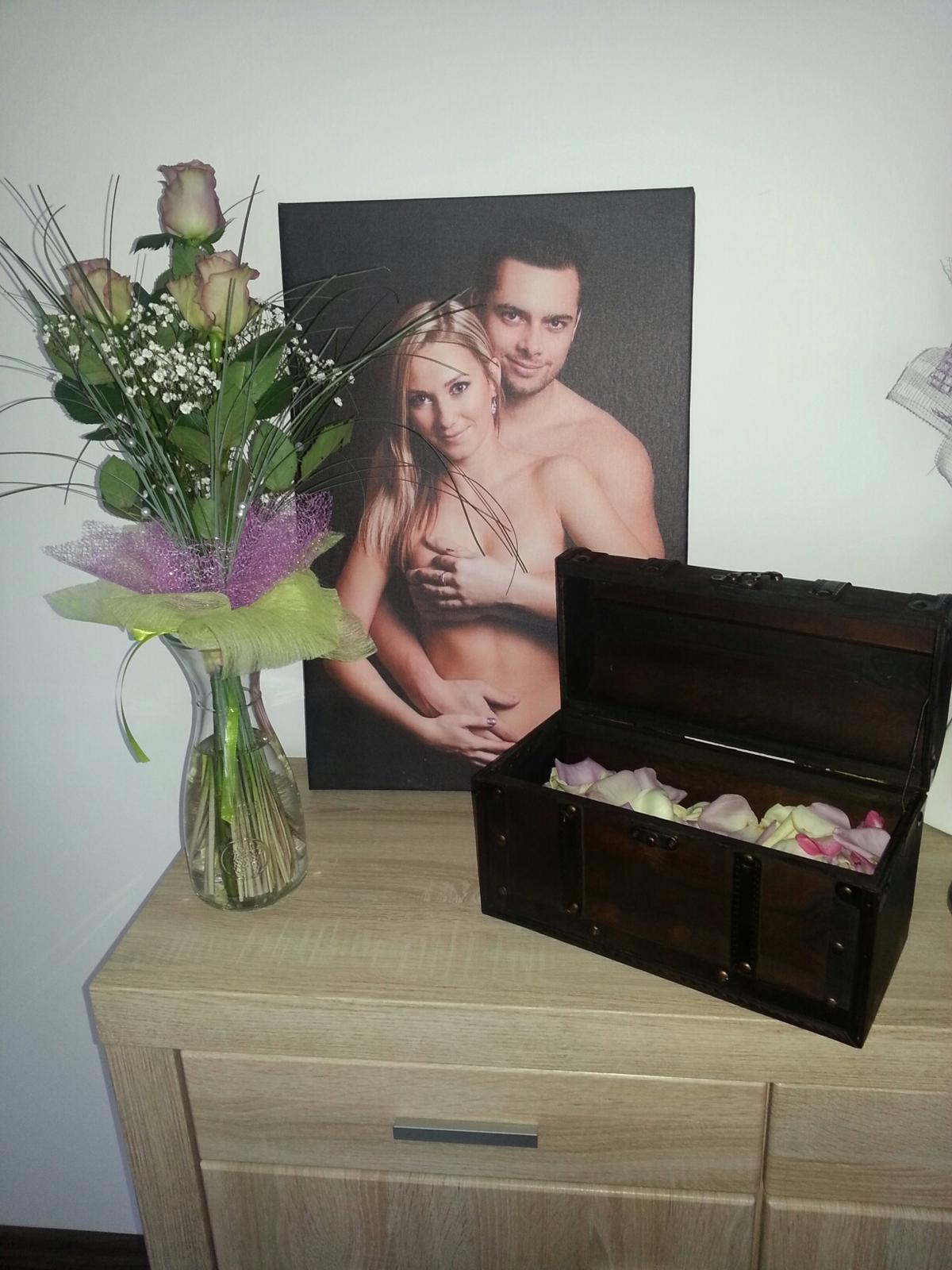Zásnuby - Krásná kytička od lásky spolu s prstýnkem v truhle... Nádherný to bylo! :)