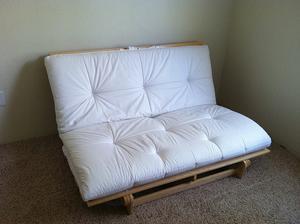 prozatimní sedačka :D futon z Ikea. Po rozležení spodní části je na tom parádní posezení, tedy poležení :D Necháme ušít nějaký pěkný potah.