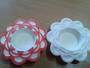 Koupili jsme malé svícny bílé,tak jsem je dozdobila :)