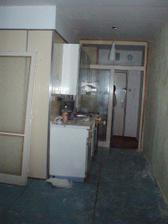 pohled z kuchyňského koutu ke dveřím před rekonstrukcí