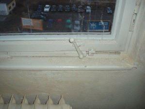 a původní okna :-) super zajištění na kličku