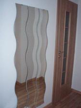 zrcadla v předsíni a vchod na wc