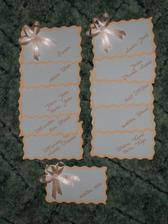 jmenovky na krabičky s výslužkou - mašličky jsou zatím jen položené, na každou ji musím ještě přilepit
