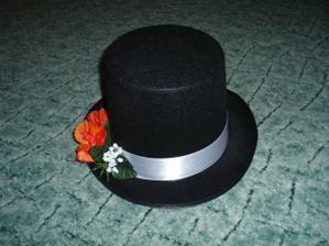 takhle dopadl klobouk - už přilepená kytička