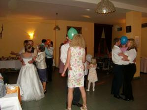 tetka si pro nás připravila i povinný tanec s balonky