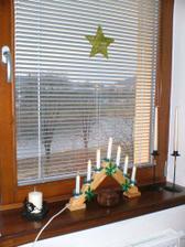 letosni vanocni  vyzdoba a pohled z okna