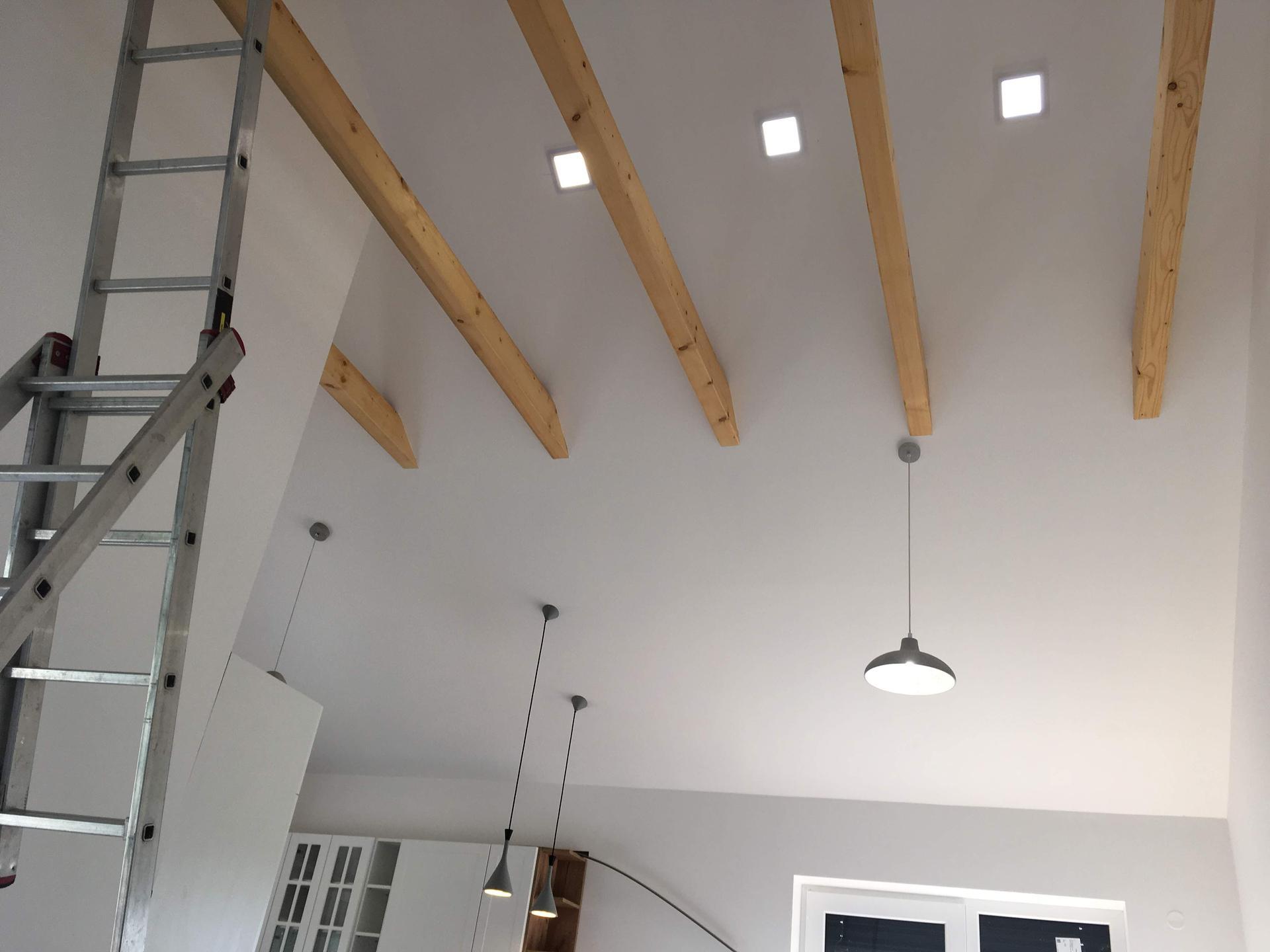 Stodola zevnitř - finalizace osvetleni v obyvako-jidelno-kuchyni