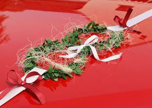 auta svatebcacu pres kapoty aut - vlastni vyroba dekorace