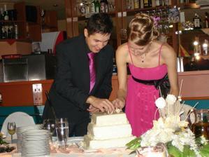zápasenie pri krájaní torty