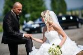 Svatební limuzína v pozadí