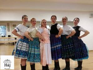 Na začepčenie, mi moja skvelá budúca švagrinka vybavila tieto úžasné dievčatá zo súboru Háj. :-)