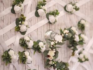 O náramky pre družičky, svadobné pierka pre pánov a rodičov sa postará kamarátka ktorá sa venuje aranžovaniu a vyrábaniu rôznych veci na oslavy svadby atd. :-) Všetko by som chcela v bielo - striebornej farbe