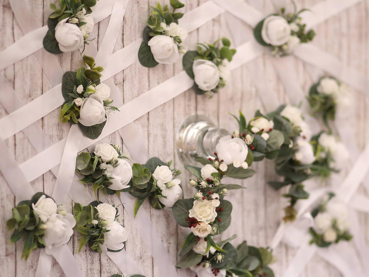 Plánovanie toho nášho najkrajšieho DŇA  :-) - O náramky pre družičky, svadobné pierka pre pánov a rodičov sa postará kamarátka ktorá sa venuje aranžovaniu a vyrábaniu rôznych veci na oslavy svadby atd. :-) Všetko by som chcela v bielo - striebornej farbe