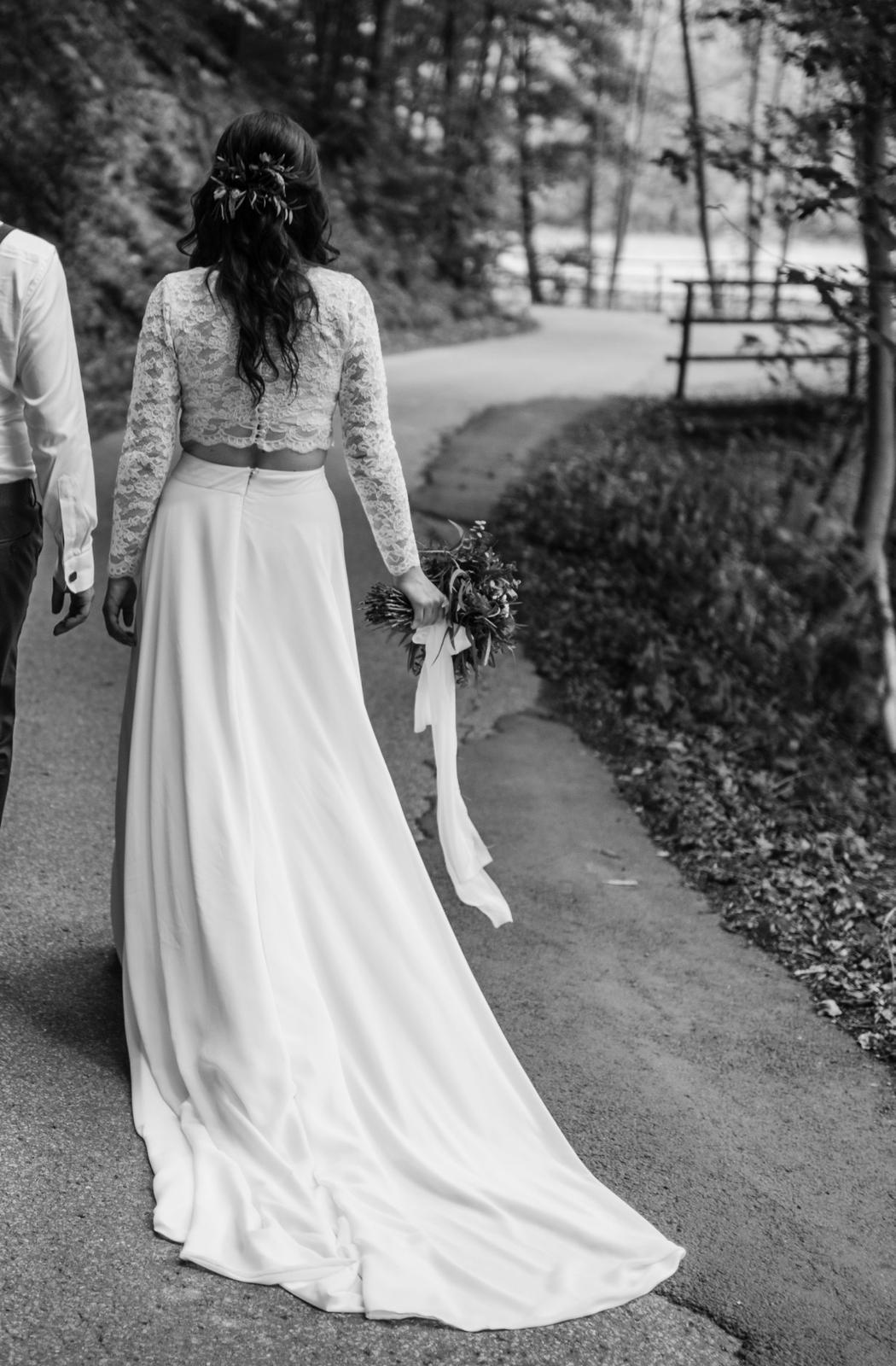 Originální dvoudílné svatební šaty s vlečkou - Obrázek č. 3