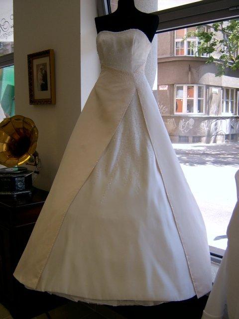 Príprava na svadbu a veci s tým súvisiace... - moje šatičky na figuríne...