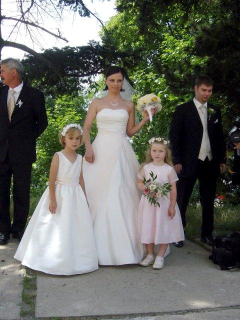 Silvia{{_AND_}}Juraj - pred obradom s družičkami... vľavo je môj tatino, vpravo manžel...