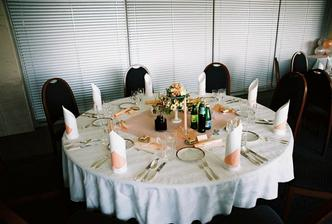 detail stola pre hostí...