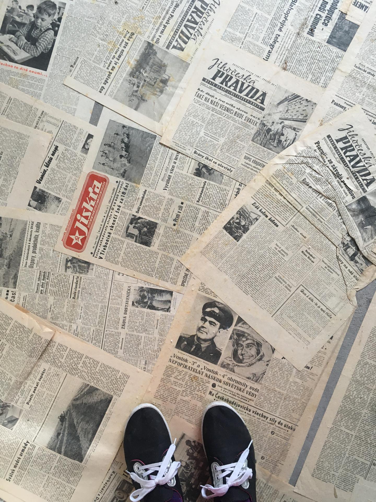 Rekonstrukce 🏡 20/21 - Podkroví - demolice letního pokoje - někdo najde zlato, my staré noviny 😄