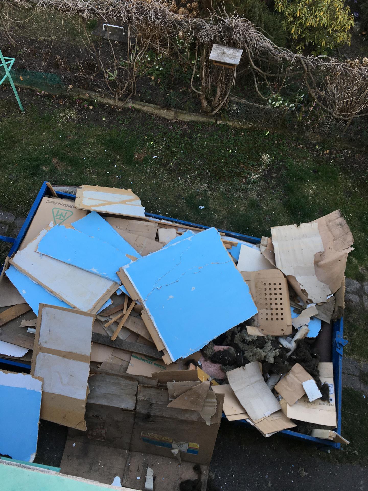 Rekonstrukce 🏡 20/21 - Podkroví - demolice letního pokoje - první kontejner (z mnoha 😄)