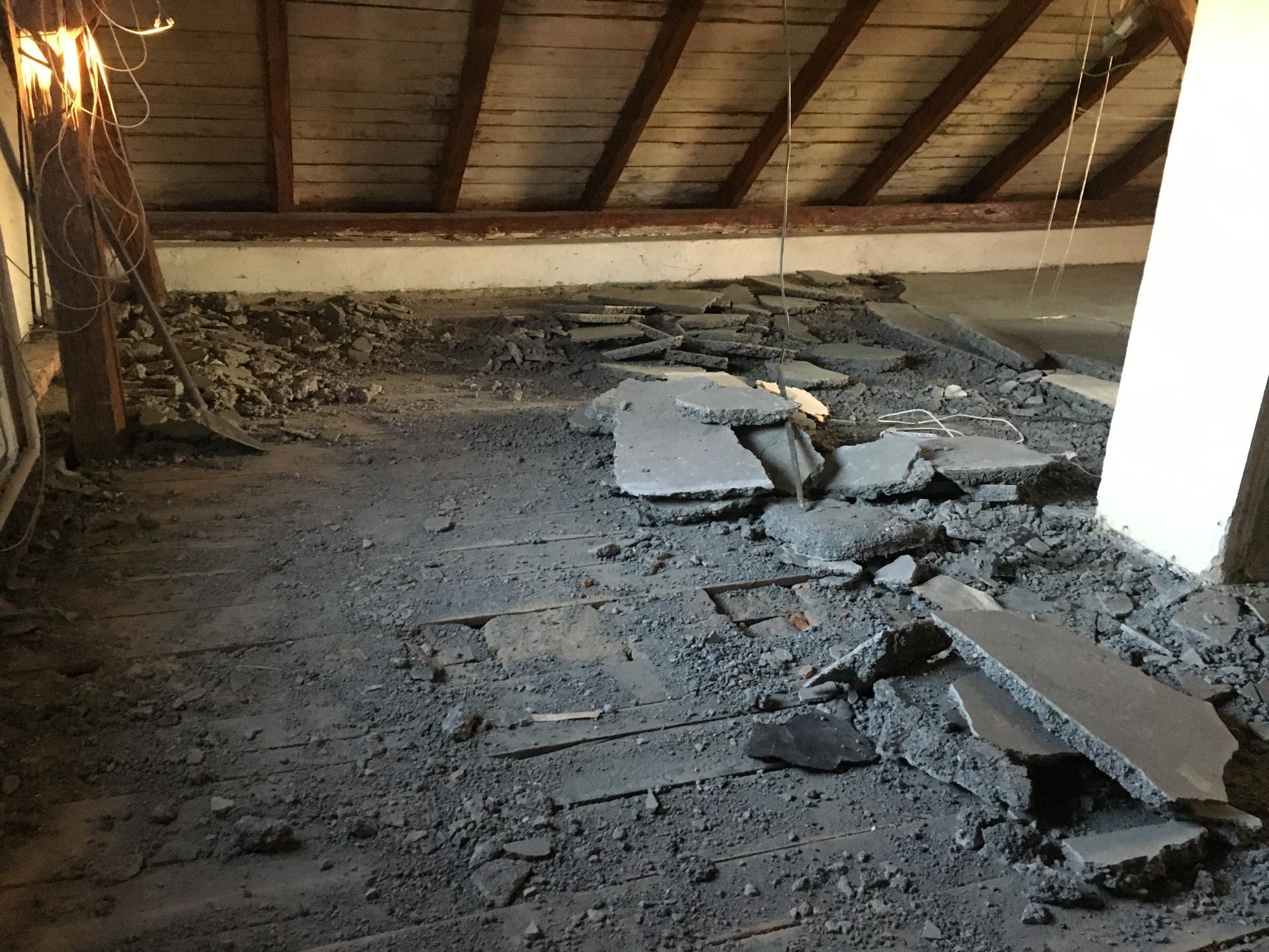 Rekonstrukce 🏡 20/21 - Podkroví - demolice betonové podlahy