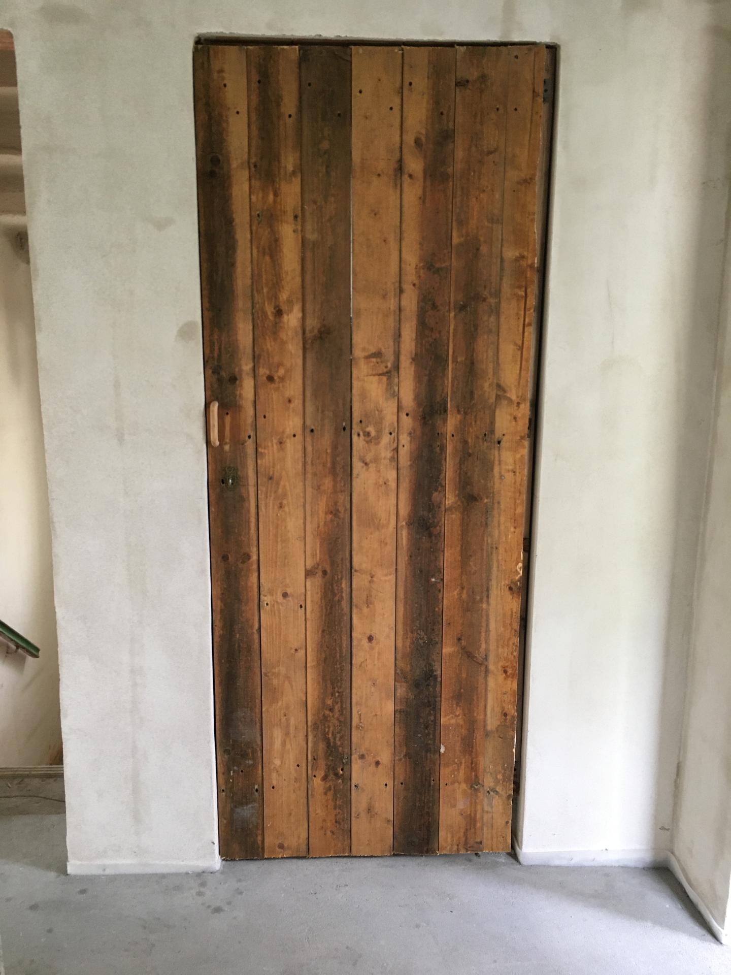 Rekonstrukce 🏡 20/21 - Přítel udělal do podkroví provizorní dveře (aby nám teplo neunikalo nahoru, do budoucna zde totiž dveře neplánujeme)
