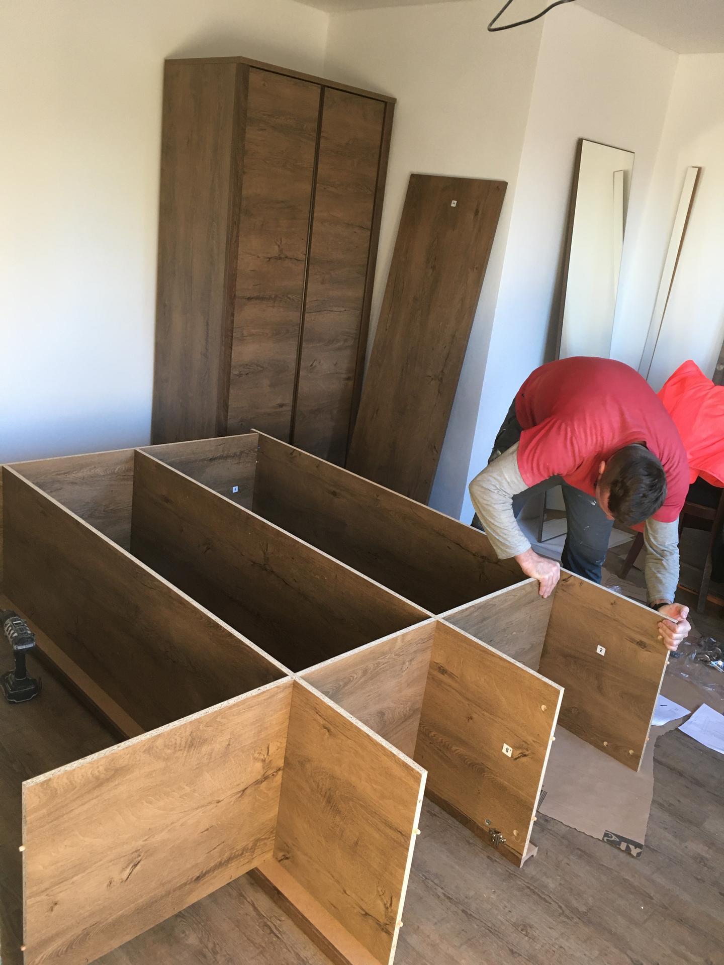 Rekonstrukce 🏡 20/21 - Montáž prvního nábytku (šatní skříně)