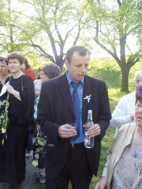 Zuzanka Lampertová{{_AND_}}Janko Kadja - nas kajlinko ponukol nieco na osviezenie pred kostolom