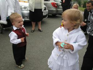 Muj syn a nase druzicka, on ji proste zboznuje:-)