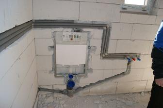 WC-ko s umyvadlom v kotolni