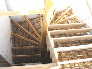 pripravene schody na betonovanie...