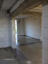 pohlad od vchodovych dveri do obyvacky - v tom otvore budu posuvne dvere 1,5m