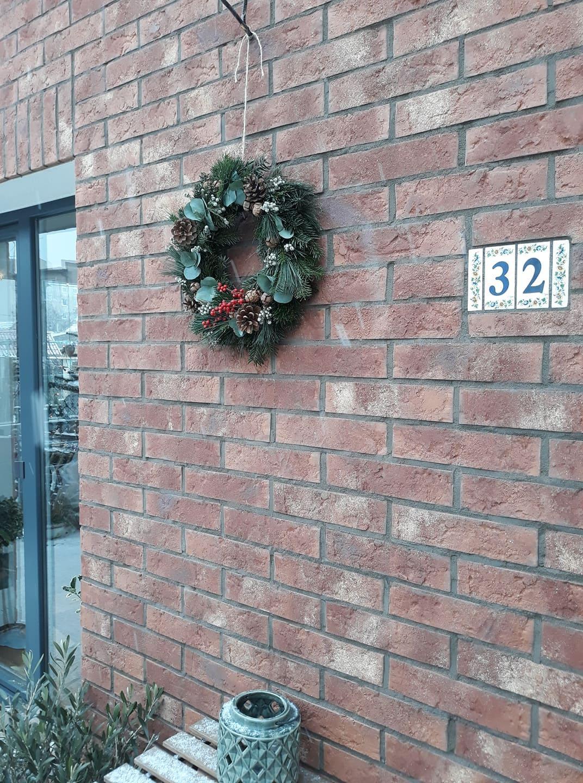 Najvyšší čas vymeniť zimný veniec na terase za niečo jarné. Tento som si vyrobila v rámci kurzu viazania vencov v Ateliéri Papaver v BA ešte pred Vianocami a vydržal krásny až doteraz. Len už by to chcelo niečo veselšie. - Obrázok č. 1