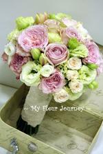 Už mám: objednanou kytici ze dvou druhů růží a eustomy,