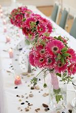 ...tie biele stoly majú svoje čaro... farebnú organzu zrejme vynechám! :P