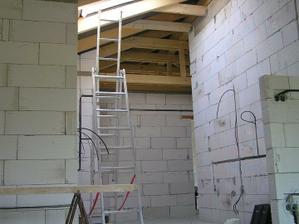 Priečky hotové marec 2010 - Kuchyňa so strešným oknom a vysokým a šikmým stropom