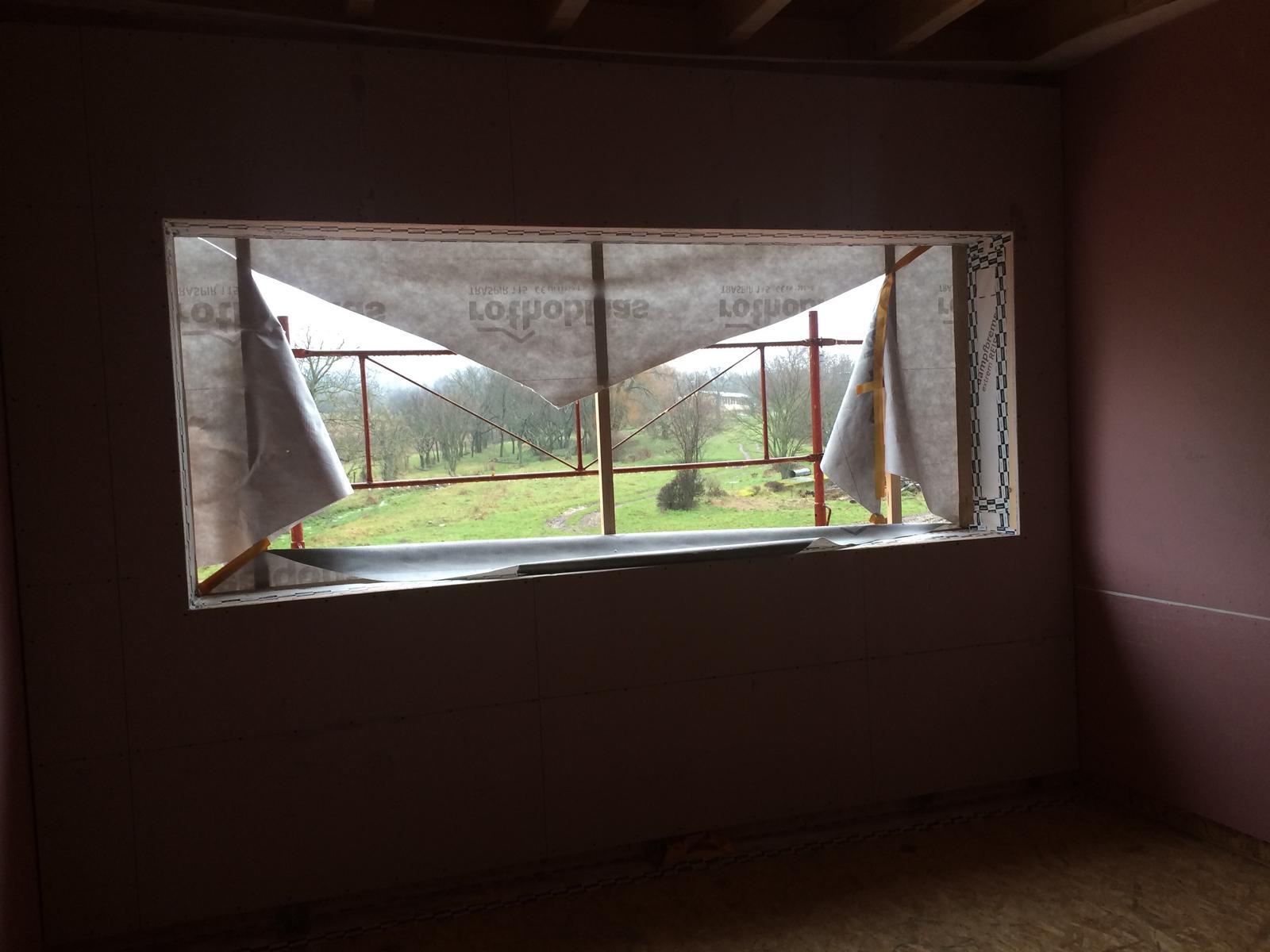 """Sedliacky dom, alias naša """"sýpka"""" - Detská č. 1. Vela svetla! Okna skoro cez polku steny."""