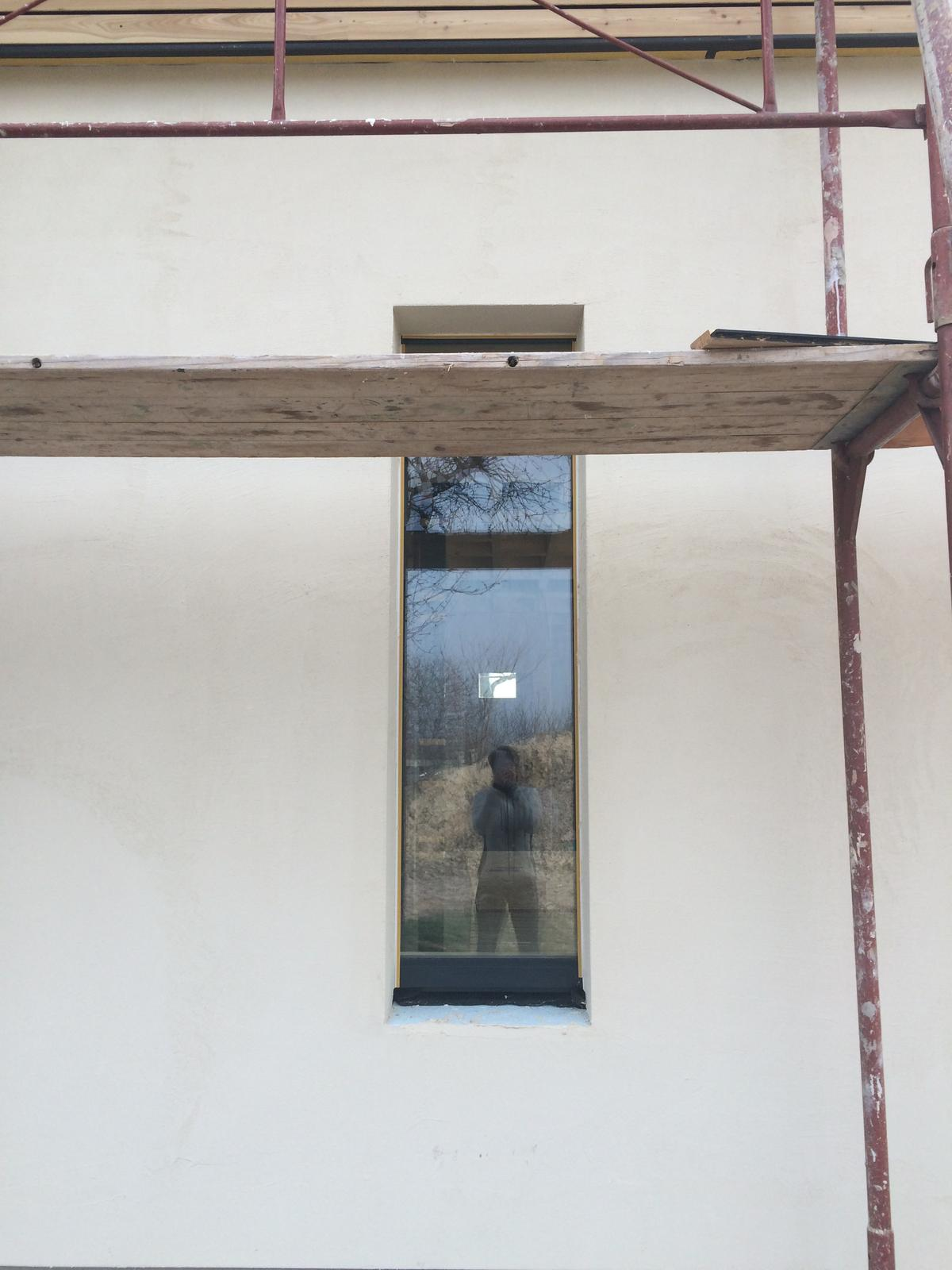 "Sedliacky dom, alias naša ""sýpka"" - toto je to, co je na Hobline krasne a zaroven unikatne. Ze okno vlastne nema ram. je uplne zapracovane do omietky."