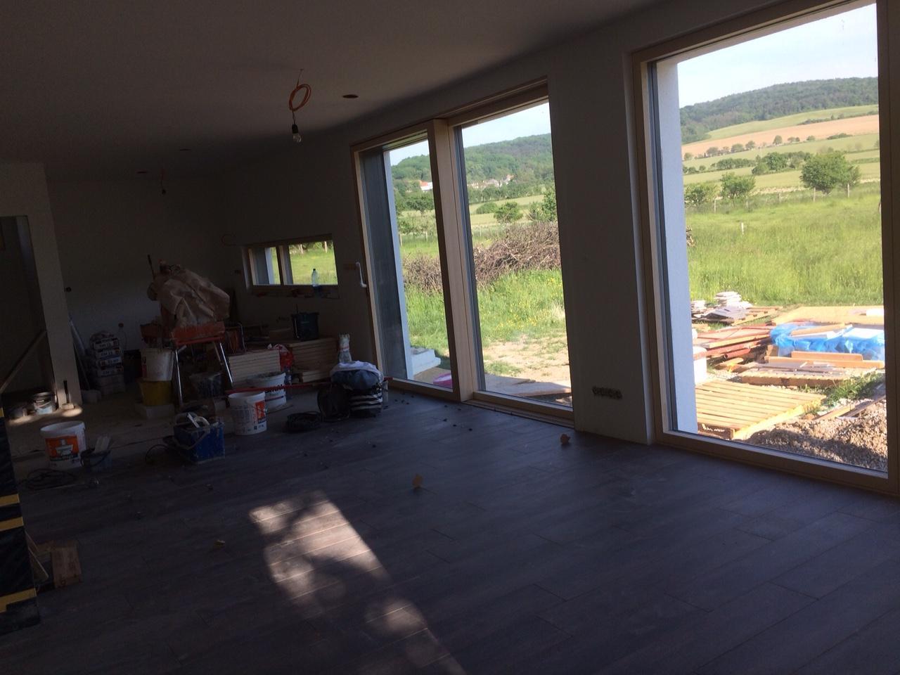 "Sedliacky dom, alias naša ""sýpka"" - zacali robit pec, tak podlahy dokoncia az potom. pohlad smer kuchyna."