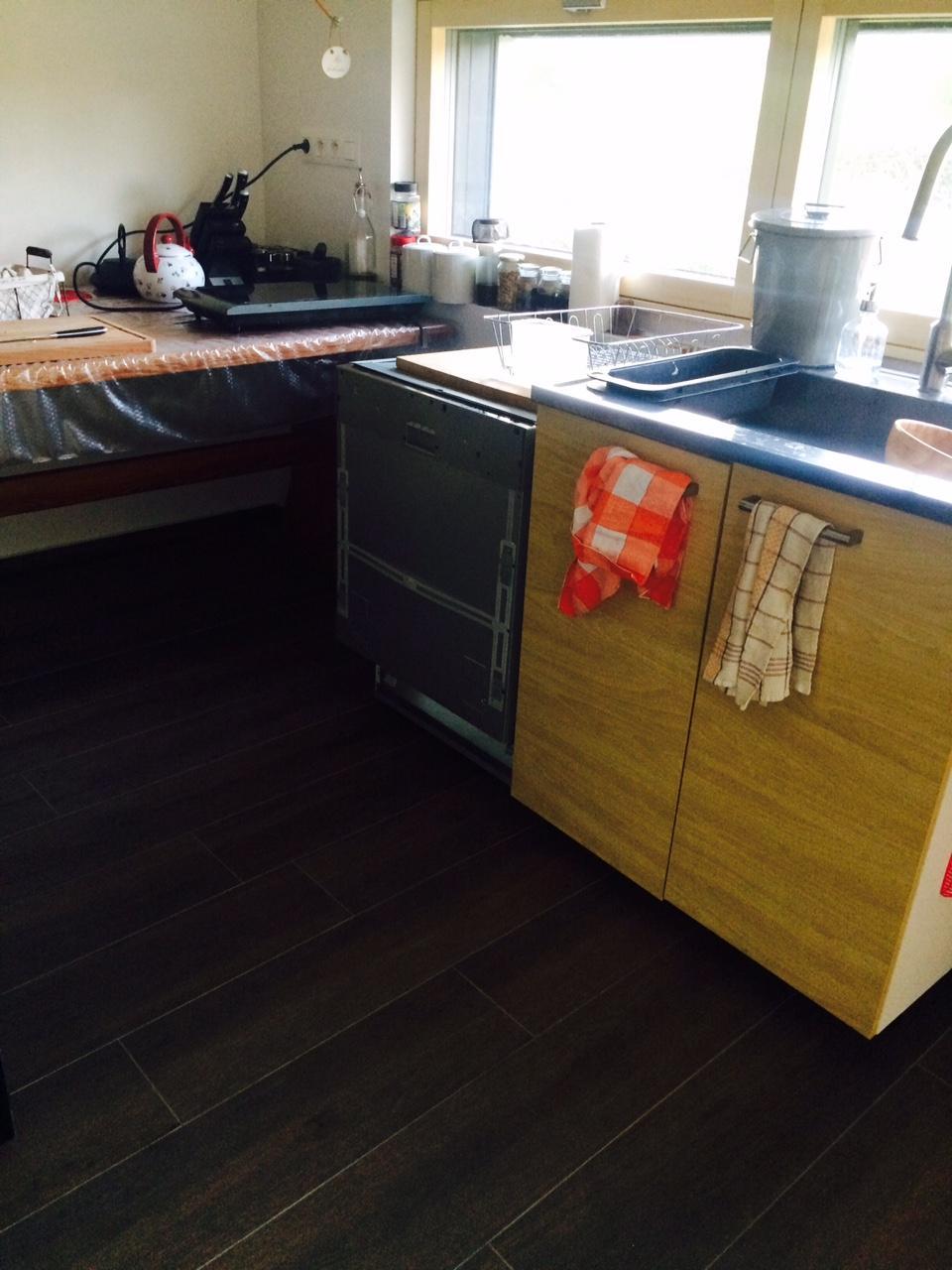 """Sedliacky dom, alias naša """"sýpka"""" - dosla umyvacka, zatial len provizorne postavena v nasej provizornej kuchyni."""