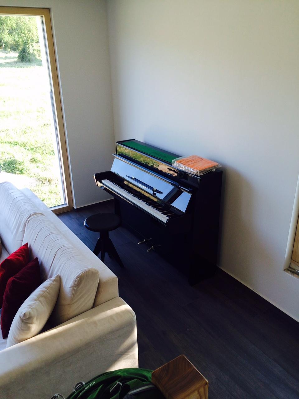 """Sedliacky dom, alias naša """"sýpka"""" - a dorazil  uz aj moj svadobny dar od rodicov (""""zober si ho nech nam tu nezavadzia"""") - piano, ktore mam uz 31 rokov! okolo neho bude kniznica obstavana."""