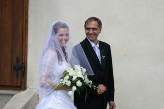 Š tatínkem před kostelem čekáme na svatební průvod.