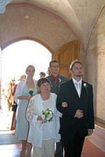 Ženich s maminkou vcházejí do kostela.