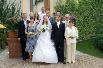 S rodinou a svědky.