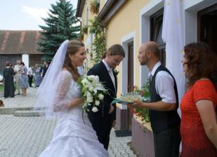 Uvítání u Kotrbů na hostině s panáky a smetáčkem za zády.