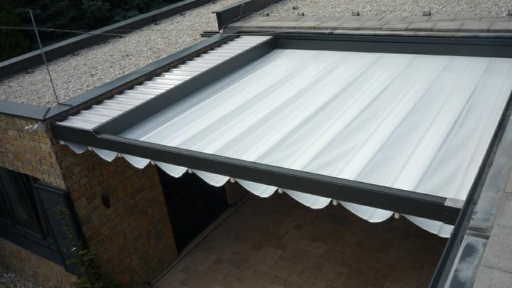 Prestrešenie pátia - Vzhľadom na horizontálne prevedenie nosných - vodiacich profilov je strecha odvodnená na jedinú volnú stranu tak, že plachta je pri stene napnutá a na volnej strane podvesená do formy baldachýnu.