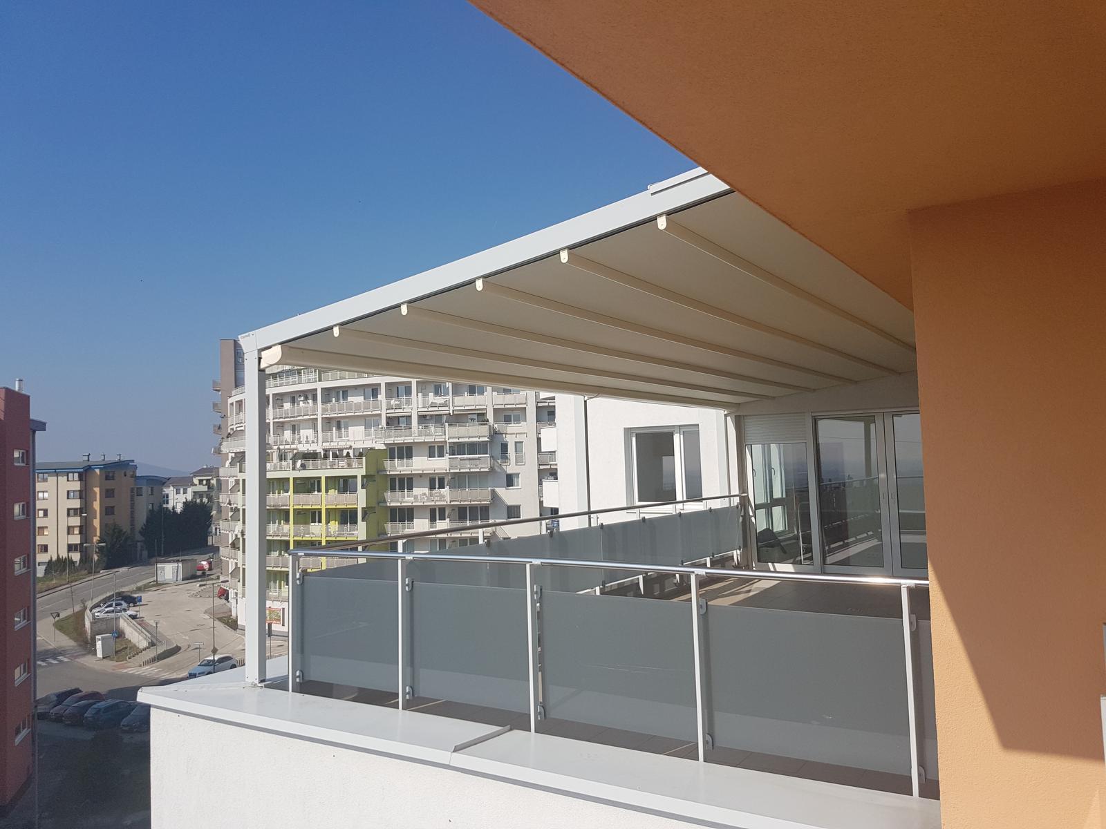 Prestrešenie strešnej terasy odolné voči vetru a dažďu - Pergotenda Palladia. Rozmery : 800 x 354 cm.