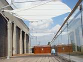 Dizajnové clony SunSails Defender na terase V. poschodia