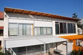 Evidentný rozdiel v dizajnovom riešení tienenia vzhľadom k architektúre domu