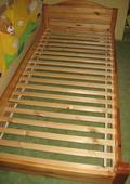 Masivní postel s roštem,