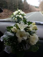 kytička pro svědkyně + v pozadí na autě